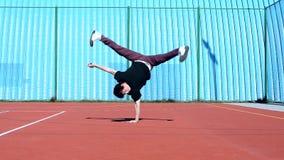Dancing dell'adolescente sul campo da giuoco video d archivio