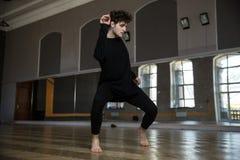 Dancing dell'uomo alla palestra Fotografie Stock