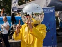 Dancing dell'uomo della palla della discoteca nella via Immagine Stock