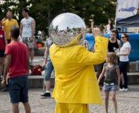 Dancing dell'uomo della palla della discoteca nella via Fotografia Stock