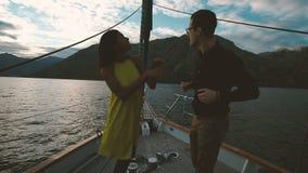 Dancing dell'uomo e della giovane donna sulla piattaforma della nave nell'uguagliare all'aperto video d archivio