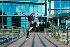 Dancing della ballerina in abbigliamento casual che salta sopra Fotografie Stock Libere da Diritti