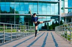 Dancing della ballerina in abbigliamento casual che sta sopra Immagine Stock Libera da Diritti