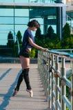 Dancing della ballerina in abbigliamento casual che sta sopra Fotografia Stock