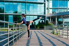 Dancing della ballerina in abbigliamento casual che sta sopra Fotografie Stock