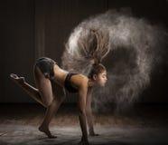 Dancing della ballerina con la farina Fotografia Stock Libera da Diritti