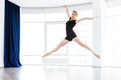 Dancing della ballerina della donna e saltare nello studio di balletto Fotografia Stock