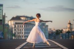 Dancing della ballerina nel centro di Mosca Immagine Stock