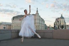Dancing della ballerina nel centro di Mosca Fotografie Stock