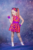 Dancing della bambina in costume del colourfull Fotografie Stock