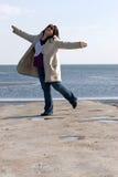 Dancing della donna alla spiaggia Fotografie Stock