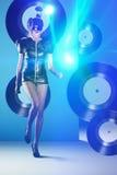 Dancing della donna della discoteca con le annotazioni di vinile e le luci al neon Immagine Stock