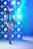 Dancing della donna della discoteca con le annotazioni di vinile sulla parete e sul neon Fotografia Stock