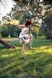 Dancing della donna della testarossa in talloni Fotografia Stock Libera da Diritti