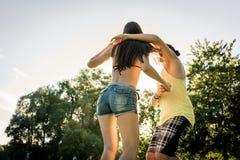 Dancing della donna di tornitura di MANN nell'erba nel parco di estate immagine stock