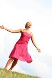 Dancing della donna sull'erba Fotografie Stock