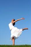 Dancing della donna sull'erba Fotografia Stock