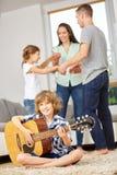 Dancing della famiglia e musica di fabbricazione Fotografia Stock