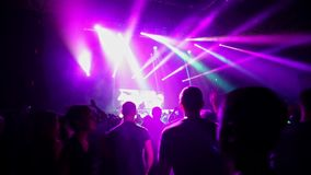 Dancing della folla al concerto di musica video d archivio