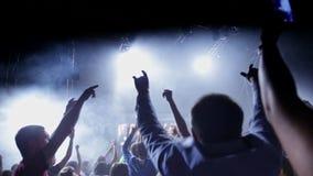 Dancing della folla al concerto di musica archivi video