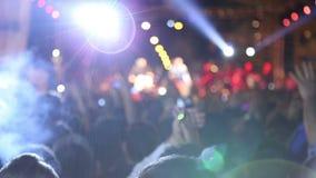 Dancing della folla sul concerto (nuova serie +10) video d archivio