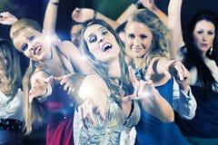 Dancing della gente del partito nel randello della discoteca Fotografia Stock Libera da Diritti