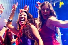 Dancing della gente del partito nella discoteca o nel randello Fotografia Stock Libera da Diritti