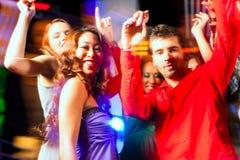 Dancing della gente del partito nella discoteca o nel randello Fotografie Stock
