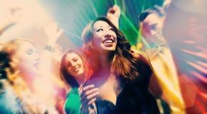 Dancing della gente del partito nella discoteca o nel randello immagine stock