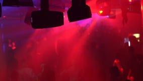 Dancing della gente nel randello di notte video d archivio
