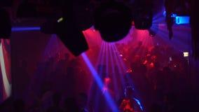 Dancing della gente nel randello di notte archivi video