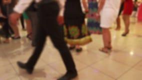 Dancing della gente nel randello di notte stock footage