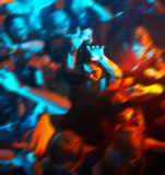 Dancing della gente in una barra o in un locale notturno ad un partito Immagine Stock
