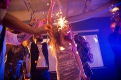 Dancing della giovane donna al partito impressionante fotografie stock