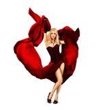 Dancing della giovane donna con la seta rossa Immagini Stock