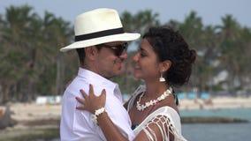 Dancing della moglie e dell'uomo sulla vacanza stock footage