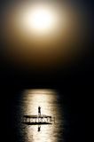 Dancing della persona all'indicatore luminoso di luna Fotografia Stock