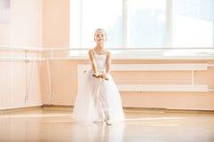 Dancing della ragazza con le scarpe del pointe alla classe di dancing di balletto Fotografia Stock