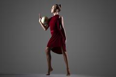 Dancing della ragazza della ginnasta con la palla Fotografia Stock