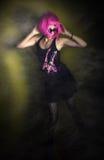 Dancing della ragazza di rock-and-roll nel randello di notte Fotografia Stock