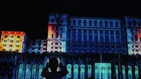 Dancing della ragazza nella notte alla sede del parlamento stock footage