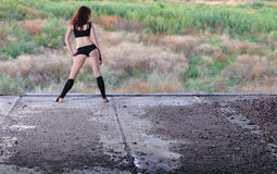 Dancing della ragazza sul bordo di una stanza abbandonata Fotografie Stock