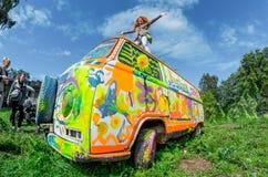 Dancing della ragazza sul tetto dello scarabeo colorato del trasportatore di Volkswagen sul tetto Fotografie Stock