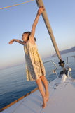 Dancing della ragazza sulla piattaforma dell'yacht Immagini Stock Libere da Diritti