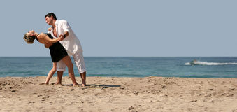 Dancing delle coppie sulla spiaggia Fotografia Stock