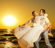 Dancing delle coppie sulla spiaggia Immagine Stock Libera da Diritti