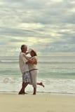 Dancing delle coppie sulla spiaggia tropicale Fotografia Stock