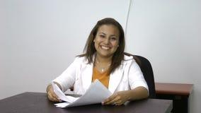 Dancing di conquista della donna che celebra il suo successo eccitato stock footage