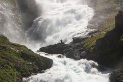 Dancing di Girla in una cascata scandinava Fotografie Stock Libere da Diritti