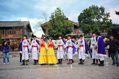 Dancing di minoranza etnica Immagine Stock